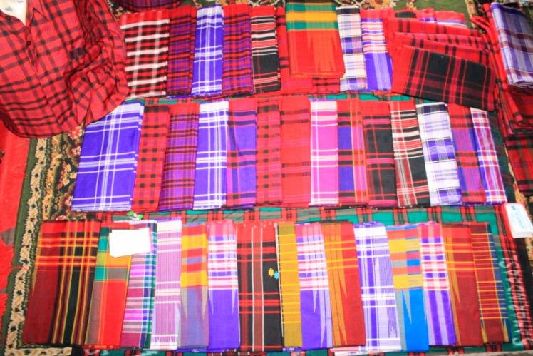 Oleh-oleh Khas Makassar - Kain tenun dan sarung khas bugis