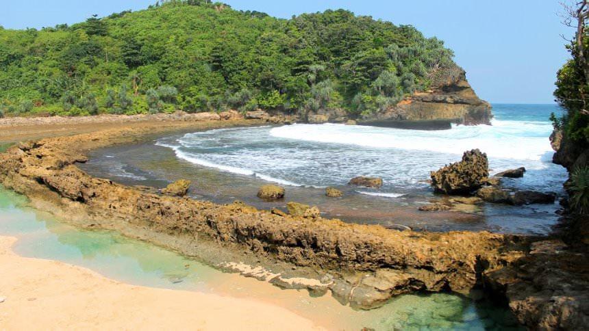 Tempat Wisata di Malang - Pantai Batu Bengkung