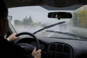 5 Tips Tetap Aman Berkendara Saat Hujan Tiba