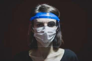 Perlukah Memakai Face Shield Saat Kuliah atau di Tempat Kerja?