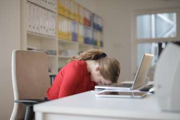 15 Cara Efektif Menghilangkan Ngantuk Saat Kerja di Kantor